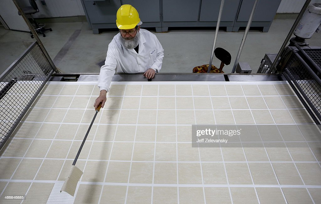 Matzo Made At Manischewitz Manufacturing Plant : News Photo