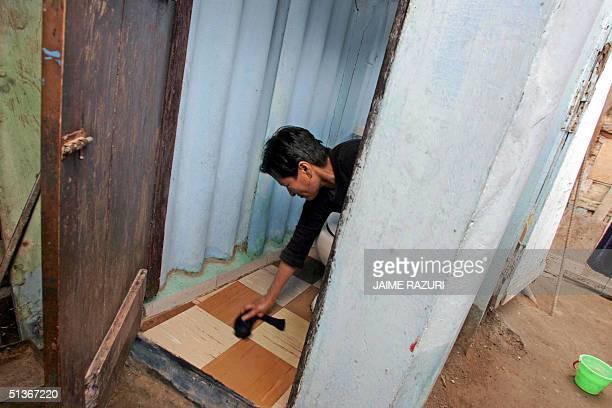 Isabel Davalo limpia el bano de su vivienda el 15 de setiembre de 2004 en un barrio periferico de Lima Davalo vive hace 30 anos en este barrio de...