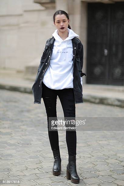 Isabella Manderson si wearing a Zara coat and Frame jeans after the Mugler show during Paris Fashion Week Womenswear Fall Winter 2016/2017 on March 5...