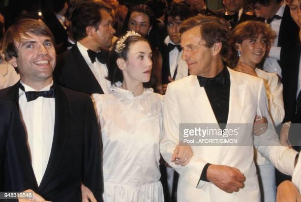 Isabelle Adjani entourée de Sam Neill Heinz Bennent et sa fille Anne reçoit le prix d'interprétation féminine au Festival de Cannes en mai 1981 France