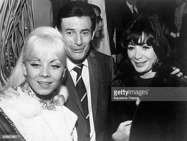 Isabelle Aubret Jean Ferrat et Juliette Greco photographiés lors de la première de Jean Ferrat à Bobino Paris France le 30 décembre 1965
