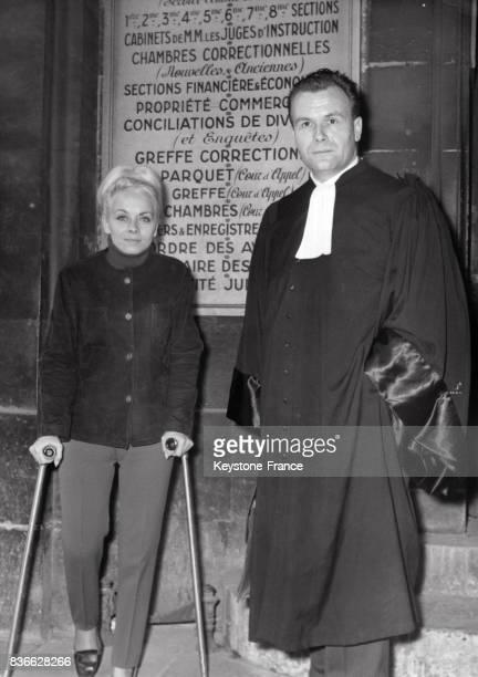 Isabelle Aubret qui marche encore avec l'aide de béquilles et son avocat Maître Munier sortent du bureau du juge d'instruction au sujet de son...