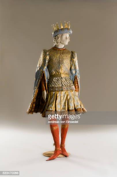 isabelle de borchgrave paper dresses - corona de oro foto e immagini stock