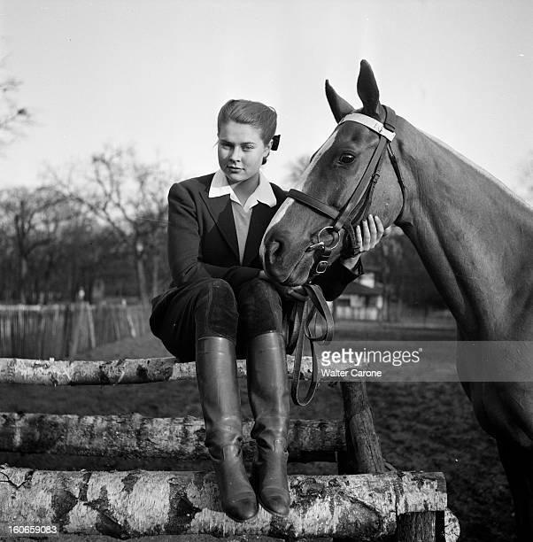 The Life Of A Princess In Paris. Paris, mars 1951 : rencontre avec ISABELLE de France, 18 ans, dans son appartement de l'avenue Pierre-1er-de-Serbie....