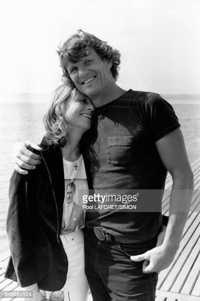 Isabelle Huppert dans les bras de Kris Kristofferson pour le film 'Heaven's Gate' de Michael Cimino en mai 1981 au festival de Cannes, France.