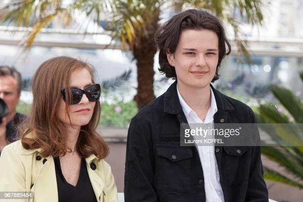 Isabelle Huppert et Jules Benchetrit lors du photocall du film 'Asphalte' pendant le 68eme Festival du Film Annuel au Palais des Festivals le 17 mai...