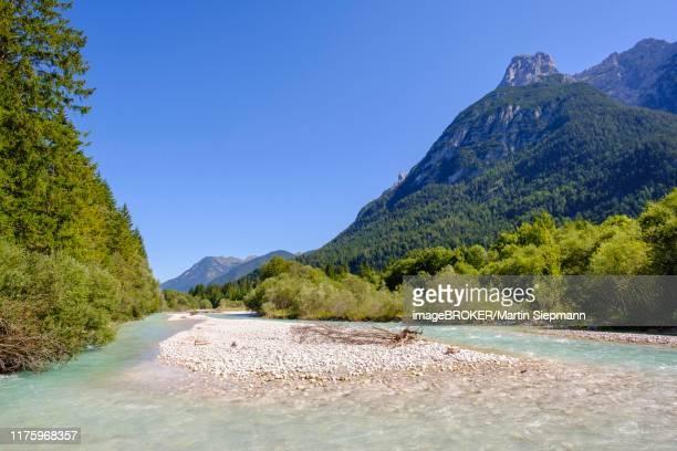 isar near mittenwald, gerberkreuz mountain peak in the karwendel mountains, werdenfelser land, upper bavaria, bavaria, germany - fiume isar foto e immagini stock