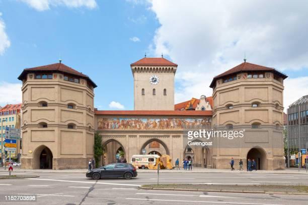 isartor in münchen - gwengoat stockfoto's en -beelden