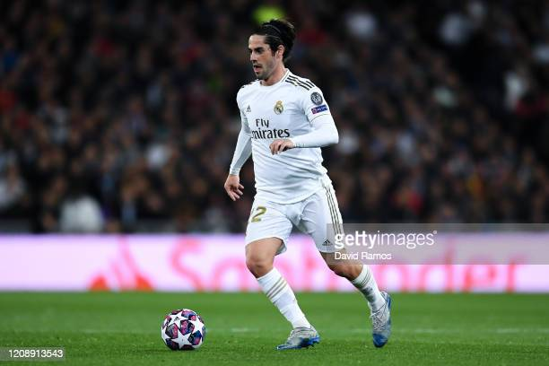 Isco of Real Madrid CF runs with the ball during the UEFA Champions League round of 16 first leg match between Real Madrid and Manchester City at...