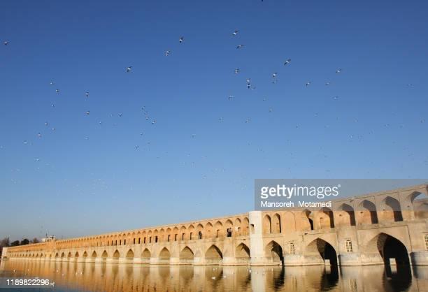 isfahan bridge - isfahan stad stockfoto's en -beelden