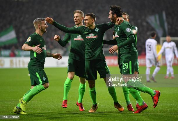 Ishak Belfodil of Bremen elebrates scoring his goal with teamates during the DFB Cup match between Werder Bremen and SC Freiburg at Weserstadion on...