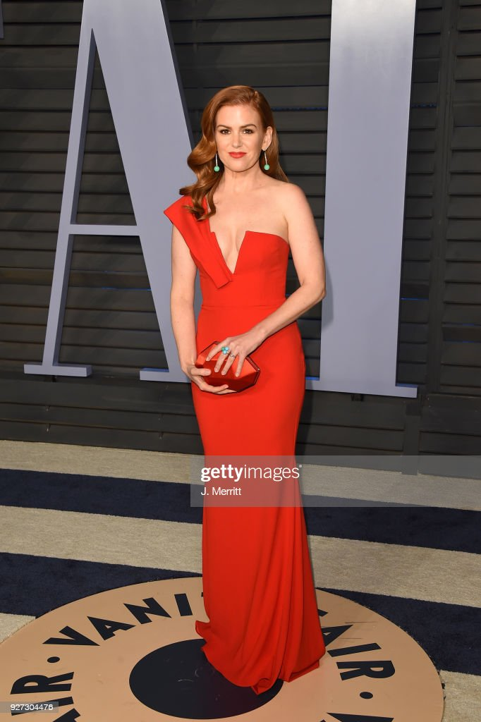 Isla Fisher attends the 2018 Vanity Fair Oscar Party hosted by Radhika Jones at the Wallis Annenberg Center for the Performing Arts on March 4, 2018 in Beverly Hills, California.