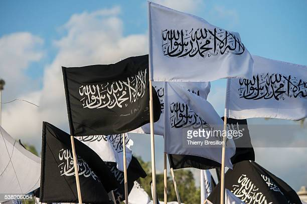 islamic flags during a meeting of hizb ut'tahrir, radical pan-islamist party, in tunis - extremismo imagens e fotografias de stock