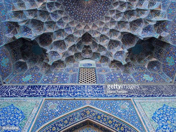 islamic patterns and mosaics, decorative vaulting in the iwan entrance of emam mosque, isfahan, iran - イマームホメイニ広場 ストックフォトと画像