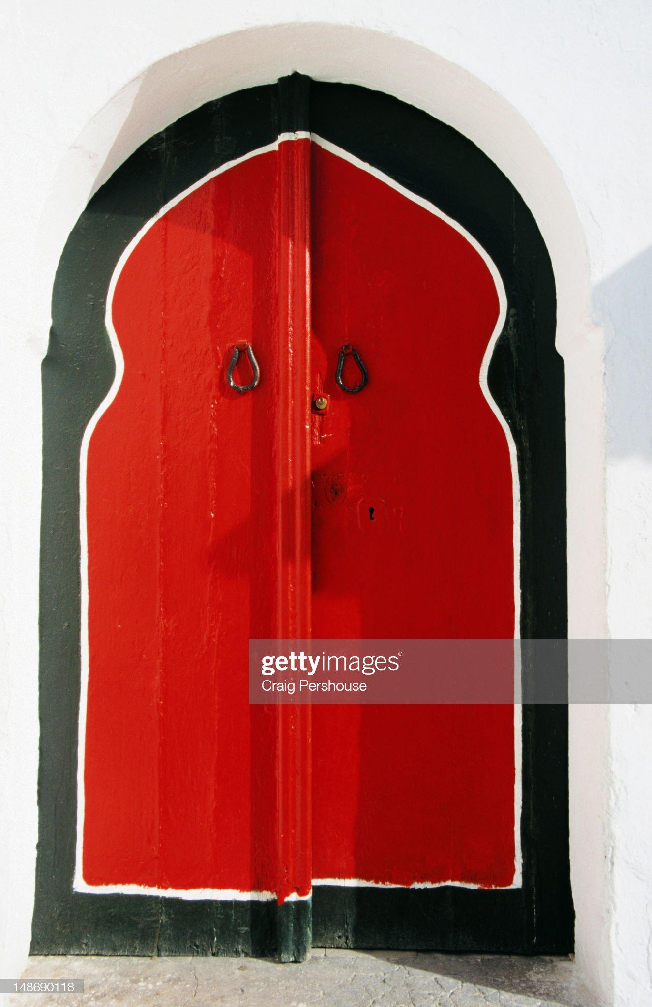 Islamic-style door on whitewashed house. : Foto stock
