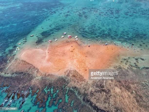 island ilha de areia vermelha - ponto de vista de drone stock pictures, royalty-free photos & images