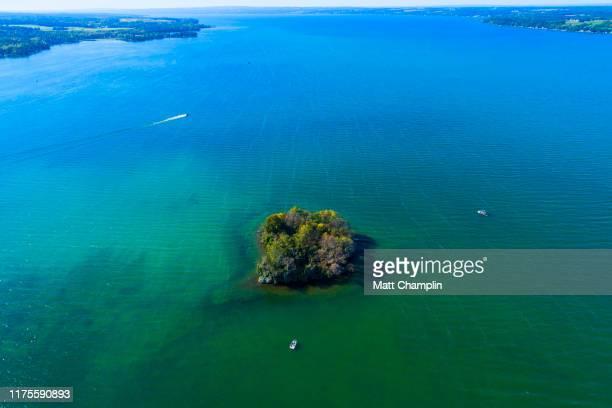 island in clear blue finger lake - lake auburn - fotografias e filmes do acervo