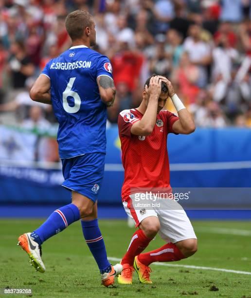 FUSSBALL Island Oesterreich Aleksandar Dragovic ist nach seinem verschossenen Elfmeter enttaeuscht