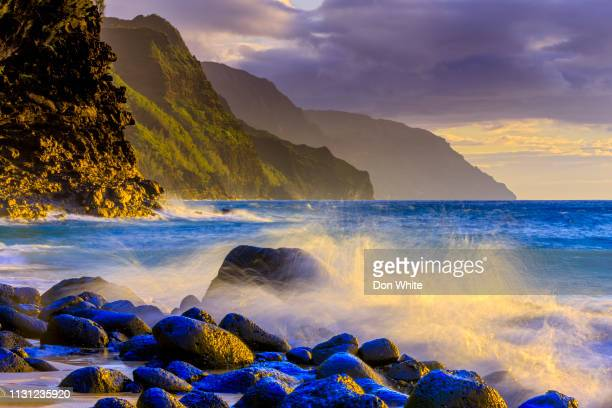 island of kauai in hawaii - na pali coast stock pictures, royalty-free photos & images