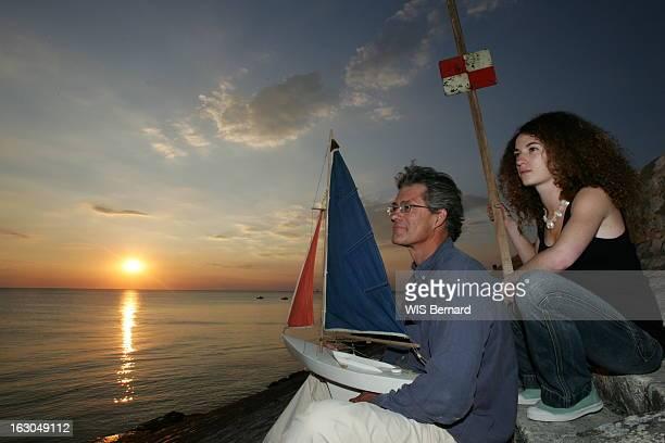 Island Of Re And Celebrities Plan de profil de Serge MADEC recordman de la traversée de l'Atlantique à la voile un petit voilier en bois dans les...