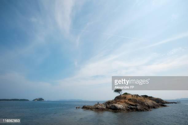 island off l'estagnol beach in french riviera - var photos et images de collection