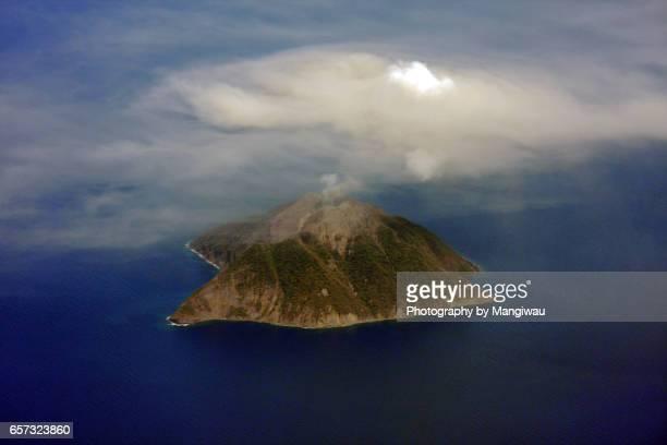 island volcano - flores indonesia fotografías e imágenes de stock