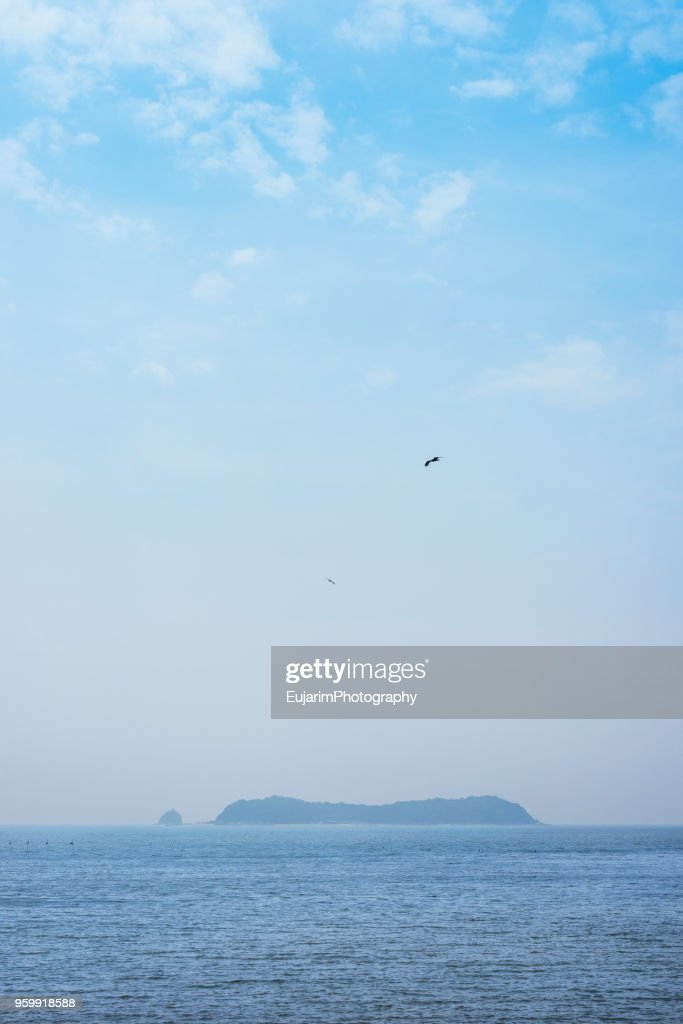 Islands floating on the sea and birds flying on blue sky : Stock-Foto