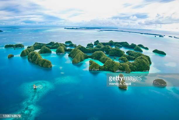 70 islands rock island palau - haut lieu touristique international photos et images de collection