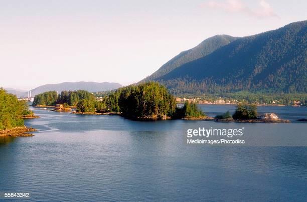 islands surrounded by mountains, sitka, alaska, usa - bras de mer caractéristiques côtières photos et images de collection