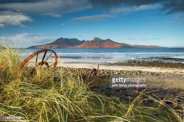 isle of eigg old iron with the isle of rum in the distance. scotland - seascape stock-fotos und bilder