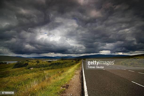 isle of skye road - tobias gaulke stock-fotos und bilder