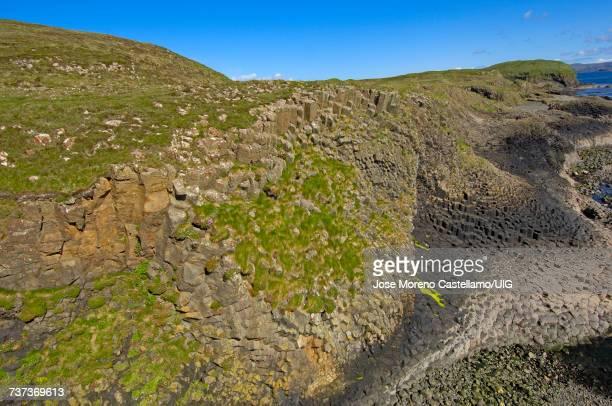 isle of staffa nature reserve, inner hebrides, scotland, united kingdom - hebriden inselgruppe stock-fotos und bilder