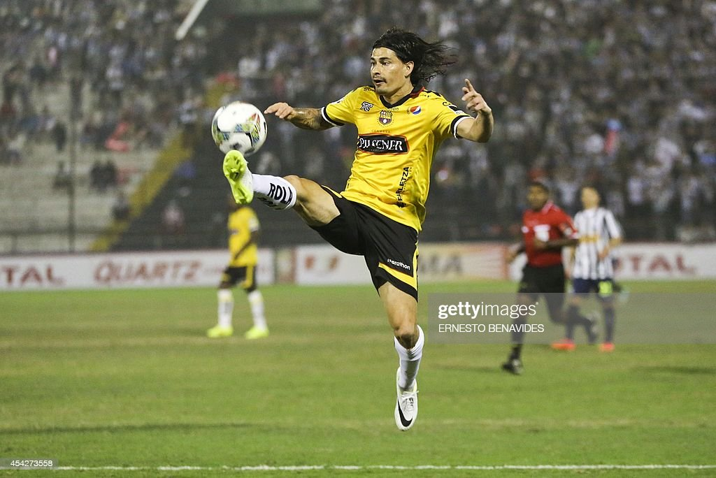 Ismael Blanco from Ecuador´s Barcelona vies for the ball against Peru´s Alianza Lima during their 2014 Copa Sudamericana football match at Alejandro Villanueva stadium in Lima, on August 27, 2014.