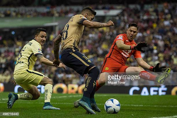 Ismael Sosa of Pumas tries to score against Moises Mu–noz goalkeeper of America during the 17th round match between America and Pumas UNAM as part of...