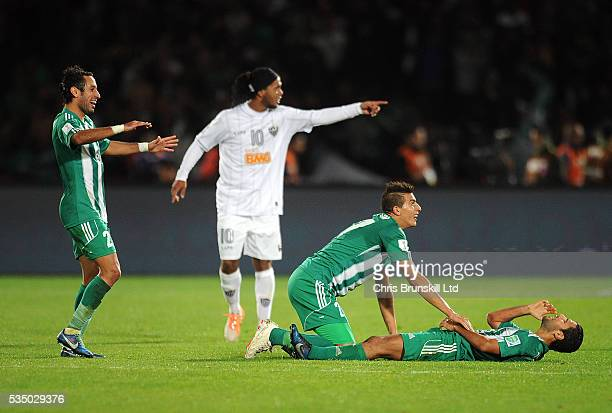 Ismail Benlamalem of Raja Casablanca celebrates with teammate Adil Karrouchy following their side's second goal