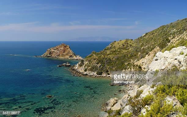isola rossa - costa rocciosa foto e immagini stock