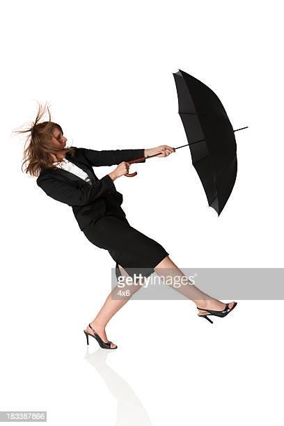 Isolierte Geschäftsfrau Blasen entfernt mit Regenschirm