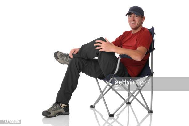 Isolierte legerer Mann sitzt in camping Stuhl