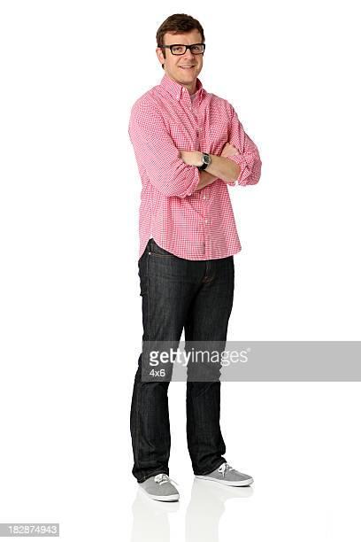 Hombre casual aislado lleva una camisa rosa