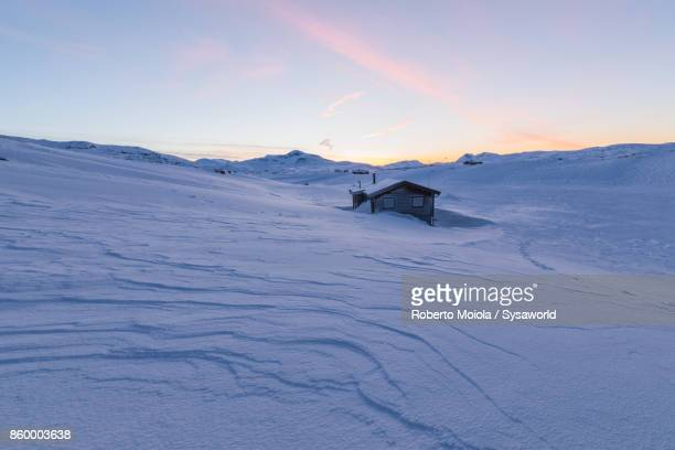 isolated hut in the snow, lapland, sweden - swedish lapland stock-fotos und bilder