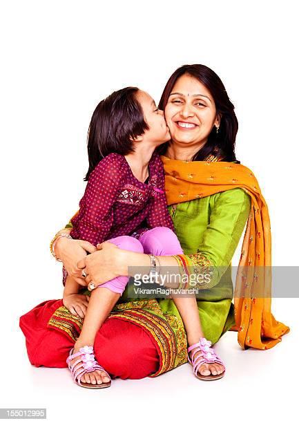 Isoliert Porträt eines Zärtlich freudig indische Mutter und Tochter Küssen