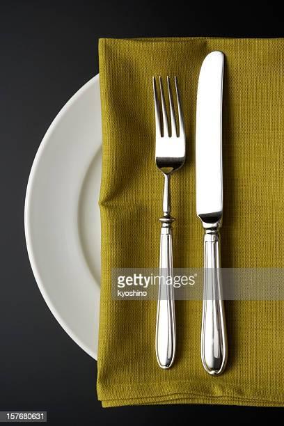 Gedeck mit grünen Serviette, auf schwarzem Hintergrund