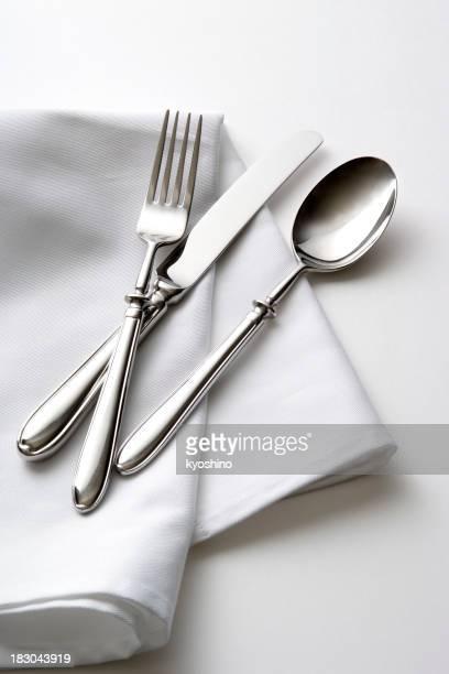 Isolierte Schuss von Besteck mit Tisch Serviette auf weißem Hintergrund