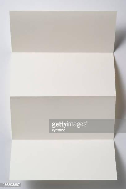 Isolierte Schuss von weißen leeren gefaltete Papier auf weißem Hintergrund