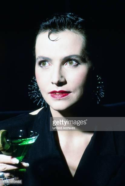 Isolde Tarrach, deutsche Moderatorin und Fernsehansagerin, als Vamp bei einem privaten Fotoshooting in der Hotelbar im Hotel Maritim in Köln,...