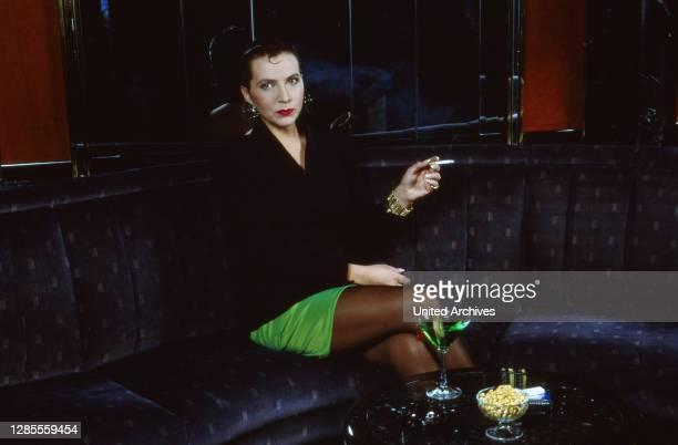 Isolde Tarrach, deutsche Moderatorin und Fernsehansagerin, bei einem privaten Fotoshooting in der Barlounge im Hotel Maritim in Köln, Deutschland...
