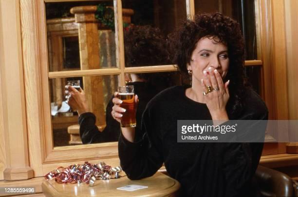 Isolde Tarrach, deutsche Moderatorin und Fernsehansagerin, bei einem Glas Kölsch bei einem privaten Fotoshooting im Hotel Maritim in Köln,...