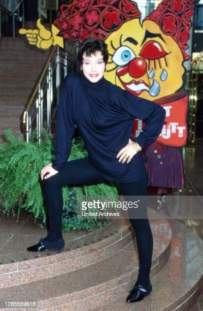 Isolde Tarrach, deutsche Moderatorin und Fernsehansagerin, bei einem privaten Fotoshooting auf der Treppe der Lobby im Hotel Maritim in Köln,...