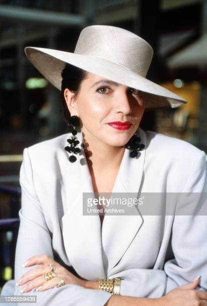 Isolde Tarrach, deutsche Moderatorin und Fernsehansagerin, im Businessoutfit mit Hut bei einem privaten Fotoshooting im Hotel Maritim in Köln,...