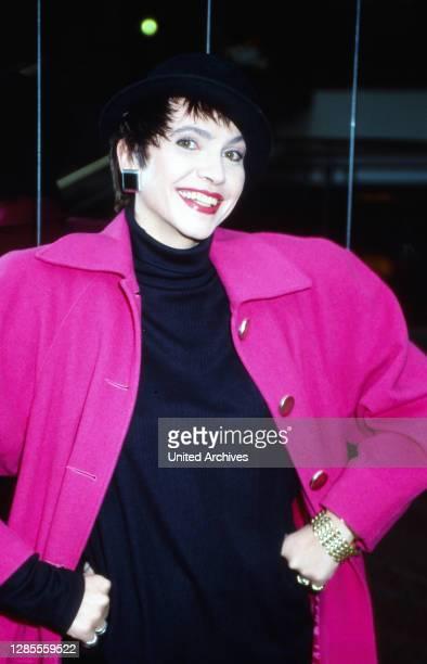 Isolde Tarrach, deutsche Moderatorin und Fernsehansagerin, in einer pinkfarbenen Jacke bei einem privaten Fotoshooting im Hotel Maritim in Köln,...
